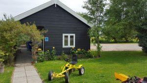 Gele Skelter Bij Toiletgebouw camping hoek
